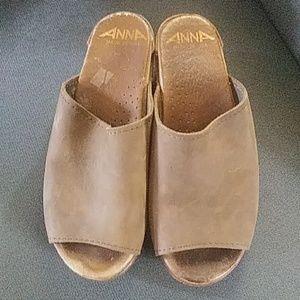Clogs open toe Anna size 6 tan.
